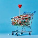 Korb von Pillen und von wenig roten Herzen lizenzfreies stockfoto