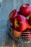 Korb von roten Äpfeln lizenzfreies stockbild