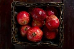 Korb von roten Granatäpfeln Lizenzfreies Stockbild