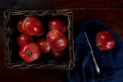 Korb von roten Granatäpfeln Stockbilder