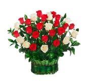 Korb von roten und weißen Rosen Stockbilder