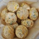 Korb von wohlschmeckenden Muffins des selbst gemachten Mais stockfoto