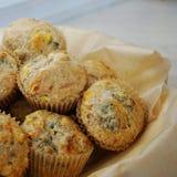 Korb von wohlschmeckenden Muffins des selbst gemachten Mais stockbilder
