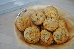 Korb von wohlschmeckenden Muffins des selbst gemachten Mais stockbild