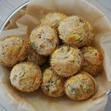 Korb von wohlschmeckenden Muffins des selbst gemachten Mais lizenzfreie stockbilder