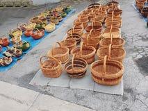 Korbausstellung an Issigeac-Markt stockbild