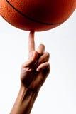 Korbball, der auf einen Finger spinnt Lizenzfreies Stockbild