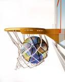 Korbball mit der Erdkugelbeschaffenheit, den Korb zentrierend, Großaufnahme. Lizenzfreie Stockfotos