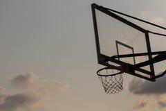 Korbballbrett unter Himmel mit weißen Wolken Basketballplatz mit altem Rückenbrett Himmel und weiße Wolken auf Hintergrund stockfoto