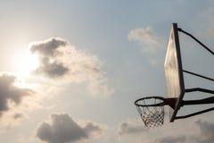 Korbballbrett unter Himmel mit weißen Wolken Basketballplatz mit altem Rückenbrett Himmel und weiße Wolken auf Hintergrund lizenzfreie stockbilder