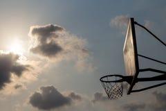 Korbballbrett unter Himmel mit weißen Wolken Basketballplatz mit altem Rückenbrett Himmel und weiße Wolken auf Hintergrund lizenzfreie stockfotos