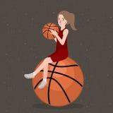 Korbballgriff durch schönes Mädchenfrauen-Sportlächeln Lizenzfreies Stockbild