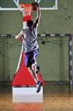 Korbkugelspielspieler an der Sporthalle Lizenzfreie Stockbilder
