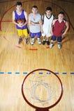 Korbkugelspielspieler an der Sporthalle Stockbild