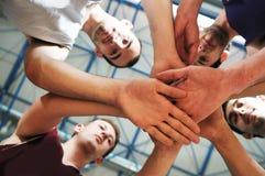 Korbkugelspielspieler an der Sporthalle Stockbilder