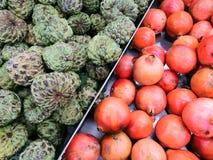 Korbmarkt-Malleinkaufen der Sithapal-Granatapfelfruchtfruchtfarbneuen hungrigen Gesundheit natürliches rotes Grün essen lizenzfreie stockfotos