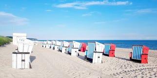 Korbstuhl auf dem Strand in Ostsee stockbilder