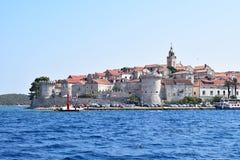 Korcula stad från havet arkivfoton