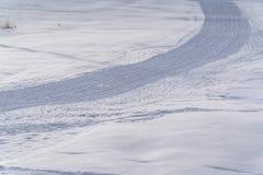 Kordsamt markiert auf Schnee von einer Pflegenmaschine stockfotografie