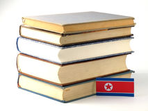 Koreańczyk Z Korei Północnej flaga z stosem książki odizolowywać na białym backgroun Obrazy Royalty Free