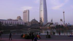 Koreańscy ludzie cieszą się panoramę na Lotte światu wierza i przygoda parku zdjęcie wideo