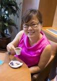 Koreańska kobieta cieszy się Turecką kawę w Istanbuł Zdjęcia Stock