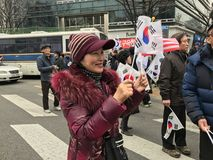 Koreańska Patriotyczna kobieta Macha koreańczyk flaga na Samiljeol Obraz Stock