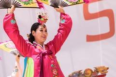 Koreański fan taniec wykonujący przy San Diego zoo safari parkiem Obrazy Royalty Free