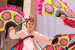 Koreański fan taniec wykonujący przy San Diego zoo safari parkiem Zdjęcie Royalty Free