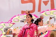 Koreański fan taniec wykonujący przy San Diego zoo safari parkiem Fotografia Royalty Free