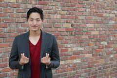 Koreański symbol ręki serce, wiadomość miłości ręki gest Przystojny Azjatycki mężczyzna z rękami składał w kierowego symbol Obrazy Stock