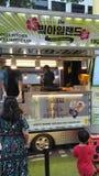 Koreański szefa kuchni narządzania jedzenie na jedzenie ciężarówce obrazy stock