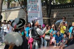 Koreański uliczny przedstawienie z tłumem Obrazy Stock