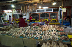Koreańskie kobiety pracuje przy rybim rynkiem zdjęcia royalty free