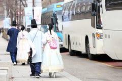 Koreańskie pary Jest ubranym krajowego kostiumowego Hanbok brać fotografię przy królewiątka Kung pałac w jesieni spadają wewnątrz obrazy royalty free