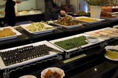 Koreańskie suszi kimbap rolki w bufet restauraci obrazy royalty free