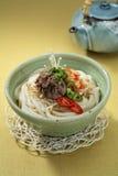 Koreańczyka Bulgogi Kimchi Udon w pucharze z herbacianym garnkiem na stole Zdjęcia Stock