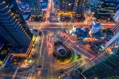Korea, de snelheden van het Nachtverkeer door een kruising in Seoel, Kore Stock Foto's