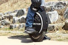 Korea Południowa Seul - 03 14 2019: mężczyzna jedzie monowheel, elektryczny unicycle zamknięty w górę, outdoors obrazy stock