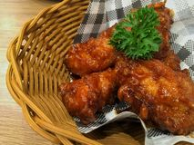 KOREA?SCY FOODS Pieczeni kurczaki w koszu na stole fotografia stock