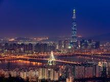 Korea, Seoul stadshorisont och Lotte World galleria Arkivfoto