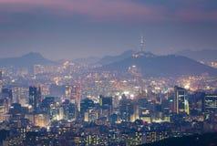 Korea stadshorisont och torn för N Seoul Arkivbild