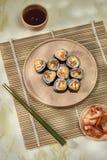 Koreaans die broodje Gimbapkimbob van gestoomde witte rijst bap en verschillende andere ingrediënten wordt gemaakt stock afbeeldingen