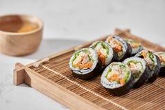 Koreaans die broodje Gimbapkimbob van gestoomde witte rijst bap en verschillende andere ingredi?nten wordt gemaakt royalty-vrije stock foto's