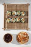 Koreaans die broodje Gimbapkimbob van gestoomde witte rijst bap en verschillende andere ingredi?nten wordt gemaakt royalty-vrije stock afbeeldingen