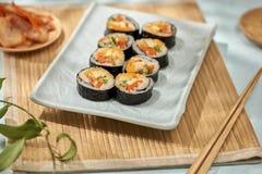 Koreaans die broodje Gimbapkimbob van gestoomde witte rijst bap en verschillende andere ingredi?nten wordt gemaakt royalty-vrije stock afbeelding