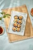Koreaans die broodje Gimbapkimbob van gestoomde witte rijst bap en verschillende andere ingredi?nten wordt gemaakt stock afbeelding