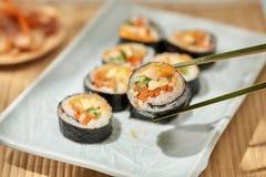 Koreaans die broodje Gimbapkimbob van gestoomde witte rijst bap en verschillende andere ingredi?nten wordt gemaakt stock fotografie