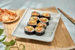 Koreaans die broodje Gimbapkimbob van gestoomde witte rijst bap en verschillende andere ingredi?nten wordt gemaakt stock foto