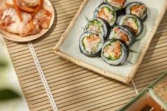 Koreaans die broodje Gimbapkimbob van gestoomde witte rijst bap en verschillende andere ingredi?nten wordt gemaakt royalty-vrije stock fotografie